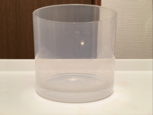 ほいっぷるんの使い方:カップの方に少量の水を入れます